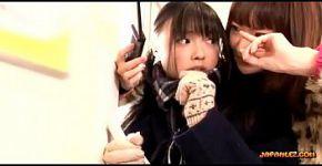 เด็กนักเรียนเอเชียจูบได้รับนิ้วหีของเธอ