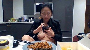 สาวใหญ่กิน